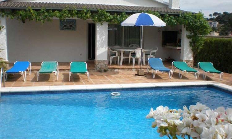 Вилла PALOMAS с бассейном, расположенная в урбанизации La Creu de Lloret в 5 км от Льорет де Мар